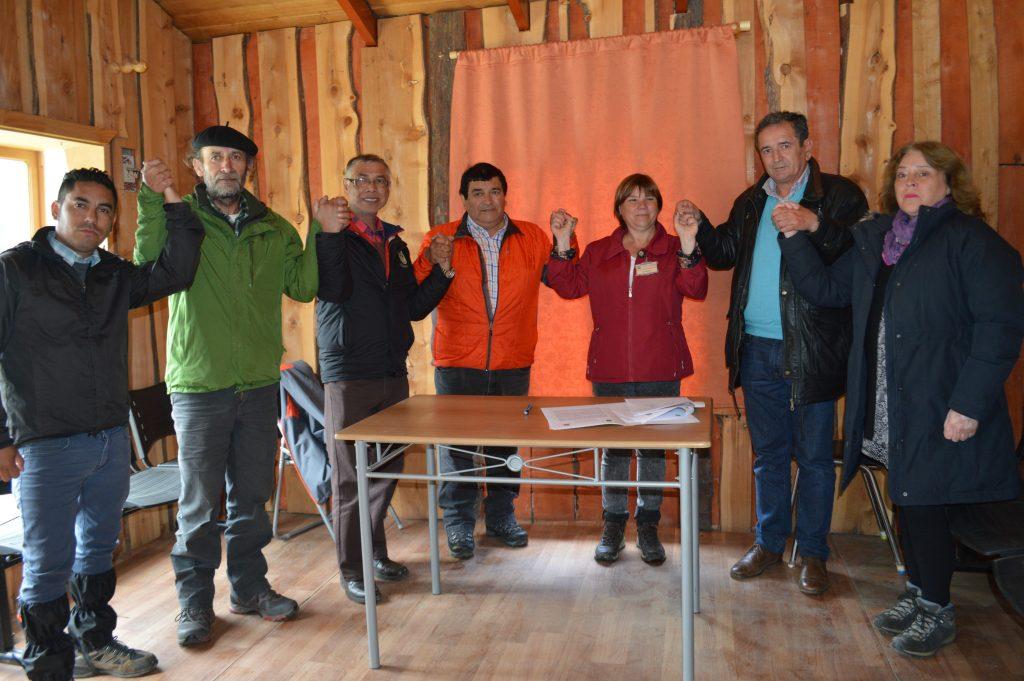 Municipalidades de Chaitén y Aysén firman convenio para ir en ayuda de Villa Santa Lucía