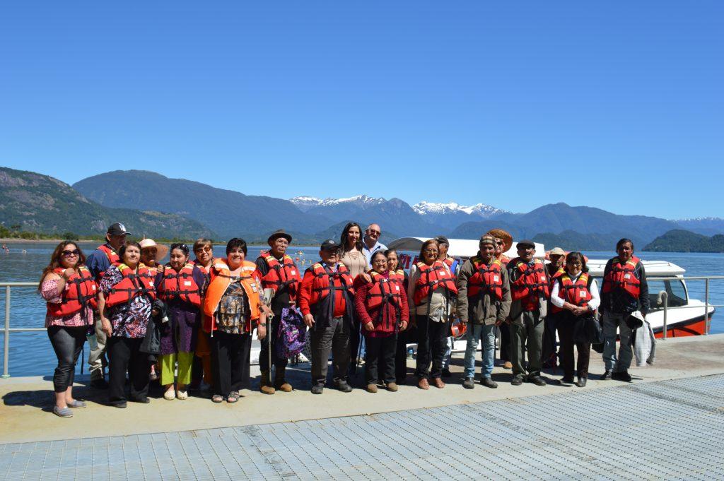 Clubes de Adultos Mayores de Aysén disfrutan del verano en Bahía Acantilada
