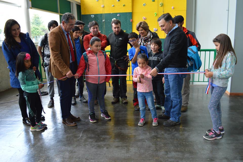 Corporación Municipal del Deporte y PROMOS inauguran muro de escalada en Polideportivo 21 de Abril