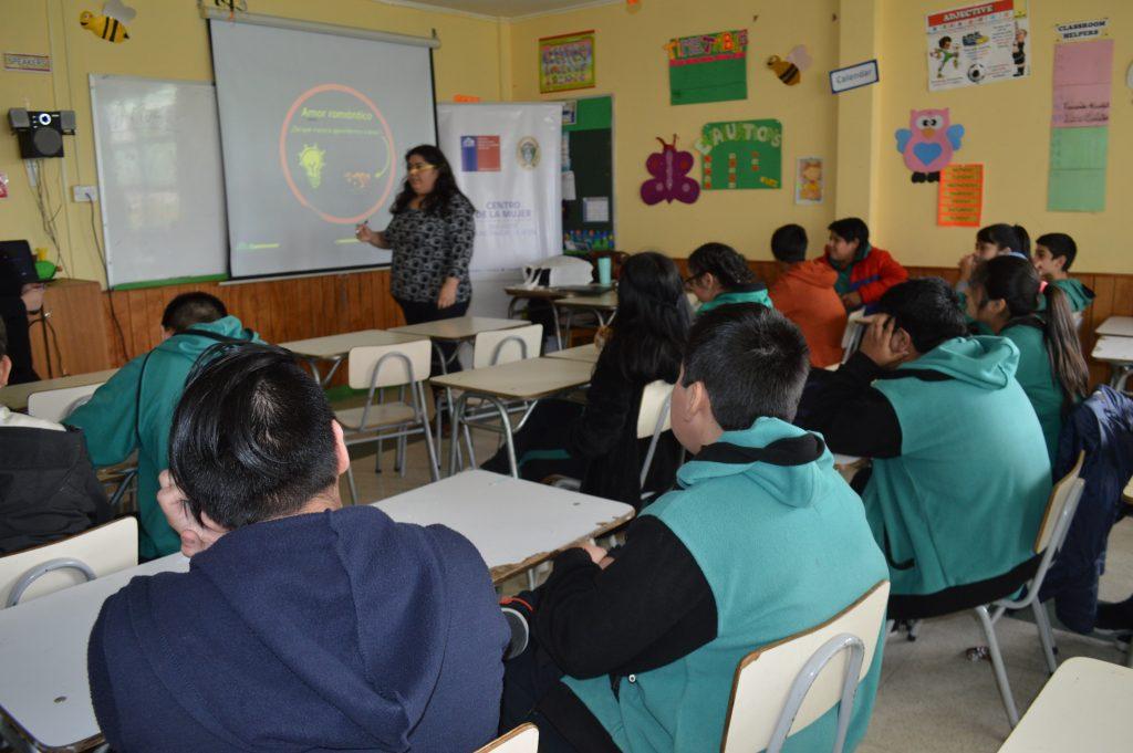 Centro de la Mujer Na Alveré inicia charlas educativas preventivas contra la violencia en el pololeo