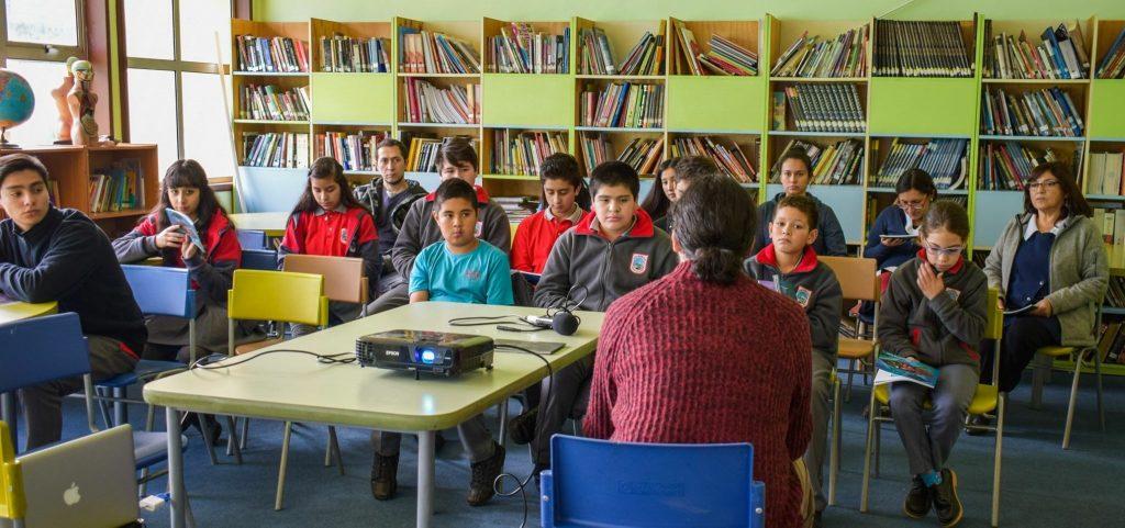 """Con éxito se realizó el  lanzamiento del libro   """"Navegando por Achen"""" en el Liceo Mañihuales"""
