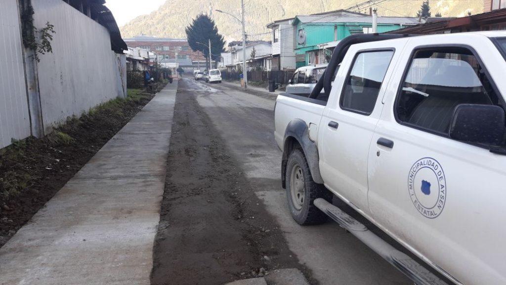 Dirección de Obras Municipales inspecciona trabajos de conservación de calles de ripio y reposición de aceras en comuna de Aysén