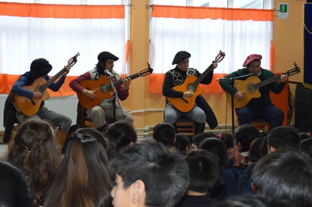 Payadores de la Patagonia compartieron con alumnos de la escuela Litoral Austral