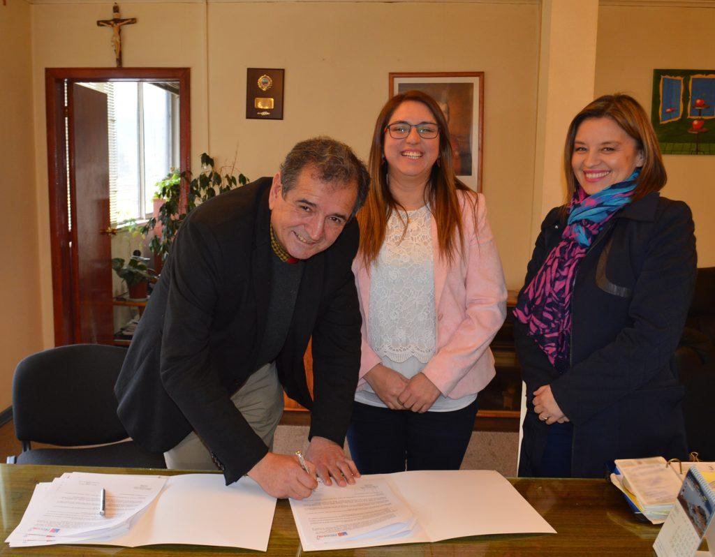 Municipalidad de Aysén firma convenio de colaboración con PRODEMU Regional