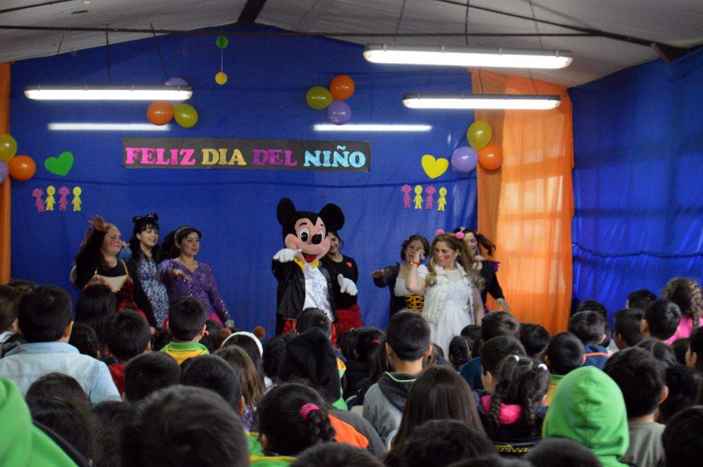 Docentes y asistentes de la educación de Escuela Ribera Sur prepararon show para celebrar Día del Niño