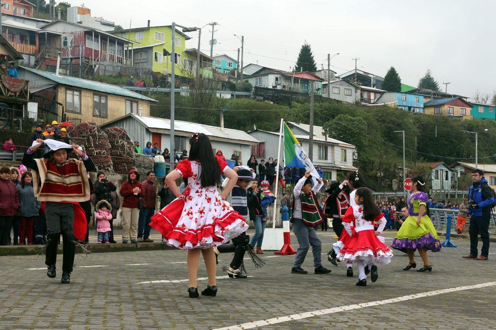 Desfile cívico-militar en Puerto Aguirre da inicio a las celebraciones patrias en la Región de Aysén