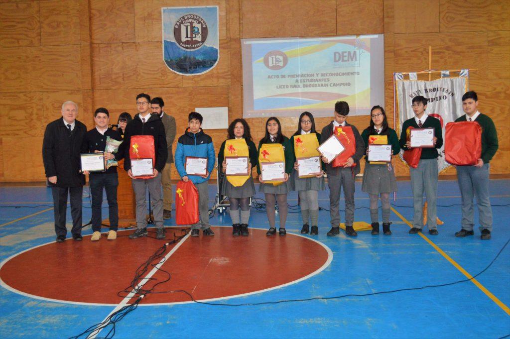 Liceo Raúl Broussain Campino reconoce a alumnos y docentes que se destacan a nivel regional